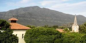 Iglesia de Tacarigua con el cerro Guaitoroco al fondo, en el límite Oeste del valle.